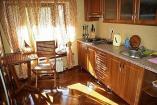 На кухне есть все необходимое для приготовления пищи и хранения продуктов холодильник, газовая плита, посуда